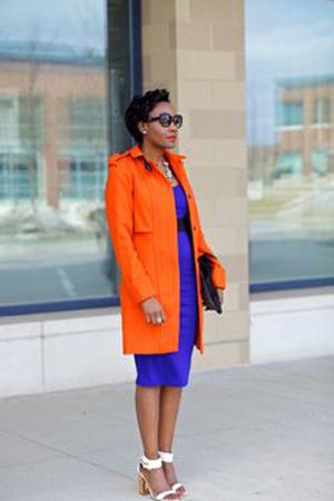 narandzasti kaput i kobalt haljina