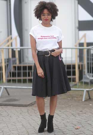 bela majica, suknja, cizmice
