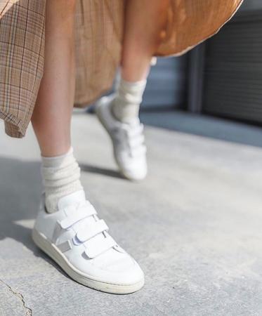 bele patike na cicak
