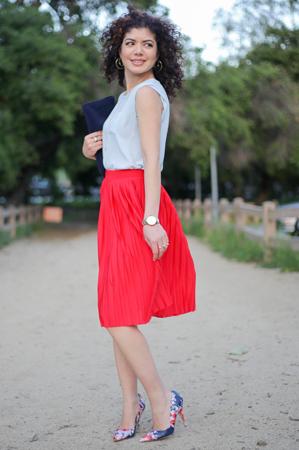 boje za leto - svetlo crvena suknja