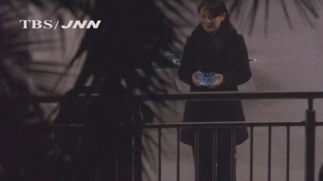Ko je Kim Yo Jong - Kim donosi pepeljaru svom bratu